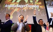 Santiago Abascal, seful partidului extremist de dreapta VOX, si candidatul regional Francisco Serrano celebreazà rezultatele alegerilor din Andaluzia, la Sevilla, pe 2 decembrie 2018.