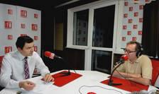 Andrei Dochia și Constantin Rudnitchi in studioul de emisie RFI Romania