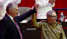 Raul Castro (în dreapta) de mânà cu presedintele Miguel Diaz-Canel, ales luni si în postul de prim-secretar al PCC, Havana, 19 aprilie 2021.