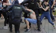 Forțele de ordine încearcă să rețină un protestatar, Minsk, 10 august 2020 (Sursa: AP Photo/Sergei Grits/MEDIAFAX Foto)