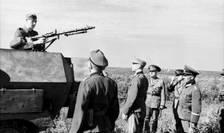 Militari germani demonstrează aliaților români folosirea unei mitraliere