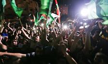 Palestinienii sărbătoresc în stradă, în Gaza, armistițiul dintre Israel și Hamas (Sursa foto: REUTERS/Ibraheem Abu Mustafa)