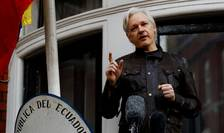 Julian Assange, fondatorul WikiLeaks, la balconul ambasadei Ecuadorului din Londra în mai 2017