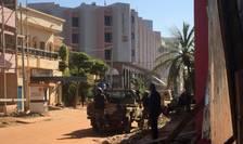Forțe de intervenție, lângă Radisson Blu Hotel din Bamako, Mali (Foto: AFP/Sebastien Rieussec)