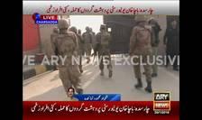 Soldaţii intră în campusul universităţii Bacha Khan din Pakistan (Foto: Reuters/ARY News)