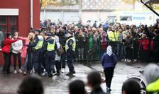 Poliţie şi curioşi la locul atacului cu sabie din Trollhattan, în Suedia (Foto: Reuters/Bjorn Larsson Rosvall/TT News Agency)