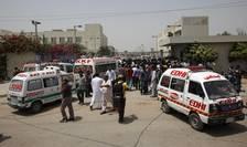 Ambulanţe, în faţa unui spital din Karachi, Pakistan (Foto: Reuters/Akhtar Soomro)
