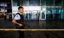 Un poliţist patrulează pe aeroportul Ataturk din Istanbul (Foto: Reuters/Osman Orsal)