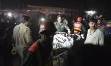 Echipe de intervenţie, la locul atentatului din Lahore, Pakistan (Foto: AFP/Arif Ali)