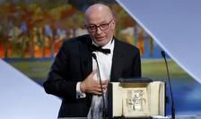 """Regizorul francez Jacques Audiard primind la Cannes premiul La Palme d'or 2015 pentru filmul """"Dheepan"""""""