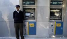 Un pensionar, în faţa sediului băncii centrale a Greciei (Foto: Reuters/Alexandros Avramidis)