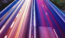 Autostrada vazuta de sus, la amurg, cu masini fotografiate cu timp mare de expunere (foto de pe pod)