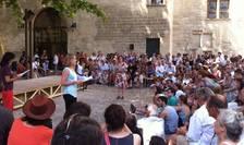 """Festivalul de teatru de la Avignon (aici un spectacol prezentat in 2015) este una din etapele lui """"Grand Tour"""""""