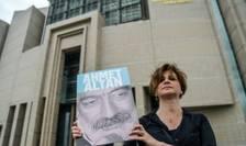 O jurnalista cu portretul lui Ahmet Altan, la Istanbul, pe 19 iunie 2017