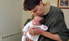 Bărbații au reușit să obțină un concediu de 28 de zile pentru a se ocupa de noul născut.