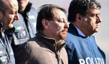 Cesare Battisti înconjurat de politisti italieni la coborârea sa din avion, 14 ianuarie 2019