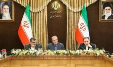 Behrouz Kamalvadi (s), responsabilul Organizatiei iraniene pentru energie atomica, Abbas Araghchi (d), vice-ministrul de Externe si Ali Rabiei, purtator de cuvânt al guvernului iranian în conferinta de presa, 7 iulie 2019.