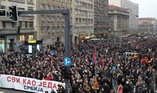 Zeci de mii de oameni au protestat sâmbàtà 13 aprilie, la Belgrad, contra presedintelui Aleksandar Vucic
