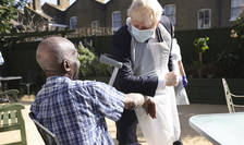 Boris Johnson în vizită la o casă de îngrijire
