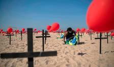 ONG-ul Rio de Paz a lansat sâmbàtà o mie de baloane rosii si a înfipt o sutà de cruci negre pe plaja de la Copacabana în memoria decedatilor de Covid-19.