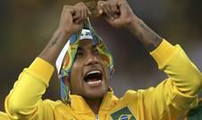 Neymar pozează cu medalia de campion olimpic la gât (Foto: Reuters/Ueslei Marcelino)