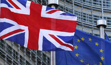 Steagul Marii Britanii si al Uniunii Europene in fata cladirii Parlamentului European