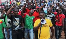 Protestatarii cer eliberarea preşedintelui, premierului şi miniştrilor reţinuţi de militari în Burkina Faso (Foto: Reuters/Joe Penney)