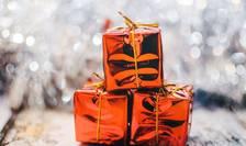 Goana după cadouri va fi preponderent tot în magazine. Doar o treime dintre români vor cumpăra darurile online, arată un studiu realizat de Reveal Marketing Research.