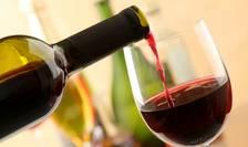 Pahar umplut cu vin rosu