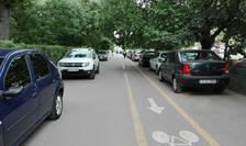 Pistă pentru biciclete, printre mașini și pietoni, în cartierul bucureștean Drumul Taberei (Foto: RFI/Cosmin Ruscior)