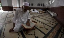 Un bărbat citeşte Coranul într-o moschee din Peshawar, Pakistan (Foto: Reuters/Fayaz Aziz)
