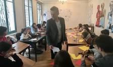 """Mircea Cantor cu copiii atelierului """"Eminescu altfel"""""""