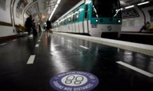 """Staţie de metrou pariziană amenajată pentru respectarea """"distanţării sociale""""."""
