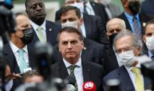 Preşedintele brazilian Jair Bolsonaro, fără mască sanitară, alături de ministrul economiei Paulo Guedes, care poartă mască, 7 mai 2020.