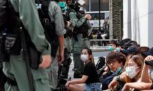 Manifestanţi anti-Beijing păziţi de poliţie Hong Kong, 27 mai 2020.