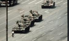 Una dintre fotografiile cele mai celebre din lume: un om singur opreşte o coloană de tancuri la Beijing, 4 iunie 1989