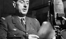 Charles de Gaulle vorbind la microfonul BBC-ului, în iunie 1940, cu asentimentul premierului britanic Winston Churchill