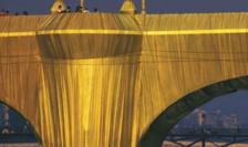 """Le Pont-Neuf de la Paris  """"împachetat"""" de Christo în 1985 cu 40 000 de metri pătraţi de pînză"""