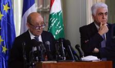 Ministrul francez de externe Jean-Yves Le Drian (stînga) exprimîndu-se la Beirut, 23 iulie 2020.