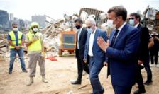 Emmanuel Macron vizitînd cartierul portuar distrus de explozie la Beirut, 6 august 2020.