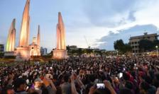 Duminică 16 august cel puţin zece mii de manifestanţi au protestat la Bangkok cerînd o reformă a monarhiei.
