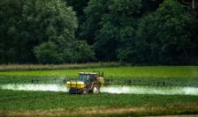 Pesticide pulverizate pe o exploatare agricolă în Franţa