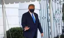 Donald Trump îndreptîndu-se spre elicopterul Marine One pentru a fi dus la centrul medical Walter Reed, 2 octombrie 2020.