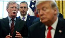 John Bolton dîndu-i sfaturi lui Donald Trump în februarie 2019.