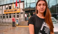 Actriţa Ruges Kirici în faţa Teatrului municipal de la Istanbul după interzicerea spectacolului în limba kurdă, 13 octombre 2020