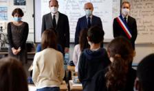 Primul ministru Jean Castex şi ministrul educaţiei Jean-Michel Blanquer păstrînd un moment de reculegere în şcoala în care a predat Samuel Paty.