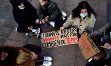 Studenţi încercînd să semnaleze executivului starea extrem de precară în care se află, Toulouse, ianuarie 2021