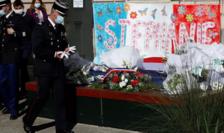 Poliţia franceză aducîndu-i omagiu funcţionarei Stéphanie Monfermé ucisă la Rambouillet pe 23 aprilie.