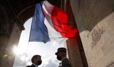 Preşedintele Emmanuel Macron şi generalul François Lecointre, şef de stat major al Armatelor, 8 mai 2021, Paris, Arcul de Triumf.