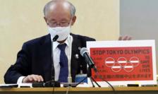 Avocatul japonez Kenji Utsunomiya prezentînd pe 14 mai în faţa presei o petiţie împotriva menţinerii Jocurilor olimpice.